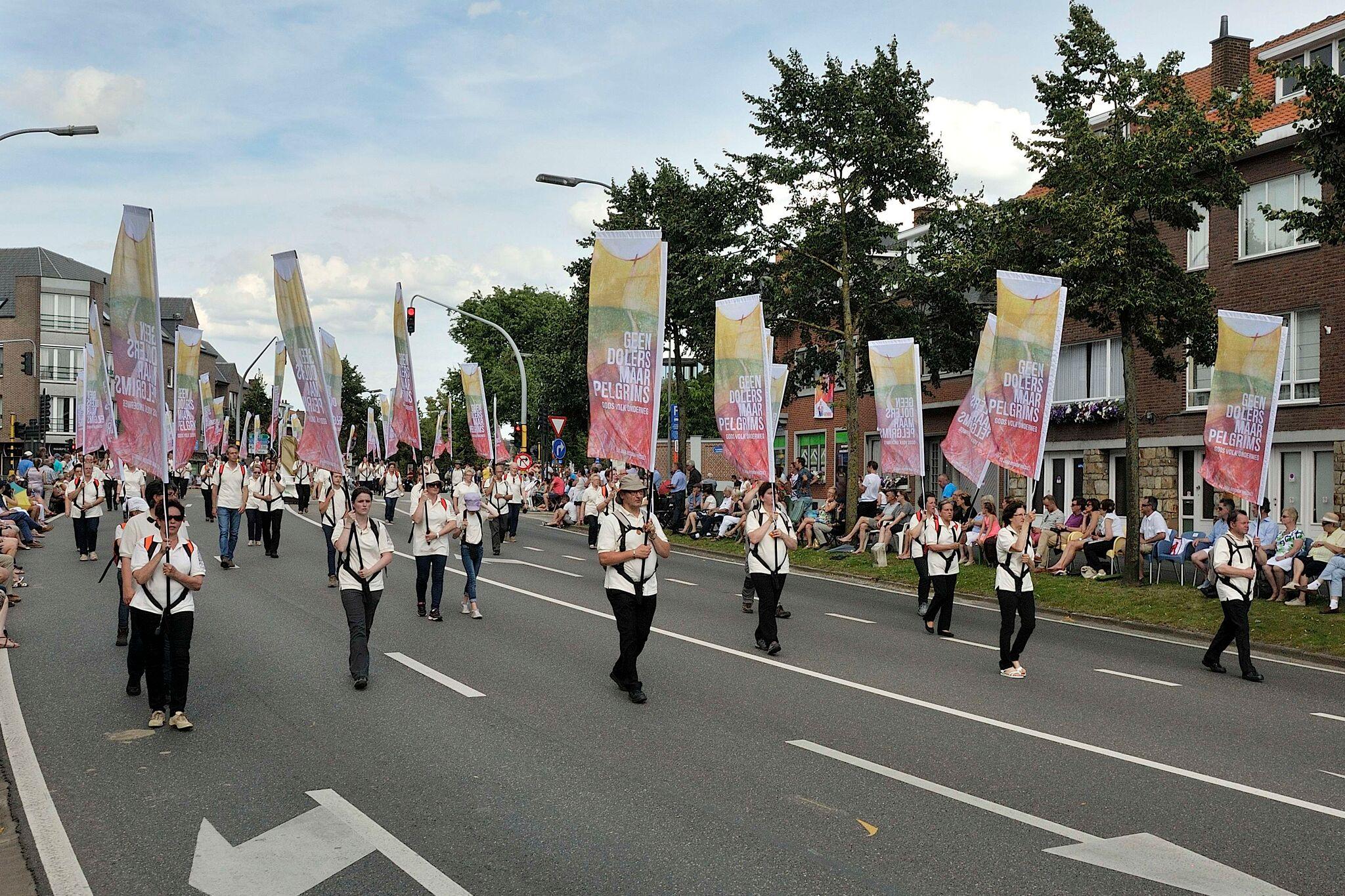 Vijftig mensen uit het bisdom Hasselt dragen tijdens de Kroningsfeesten de vlaggen voor vijftig jaar bisdom Hasselt © Jos Collaer