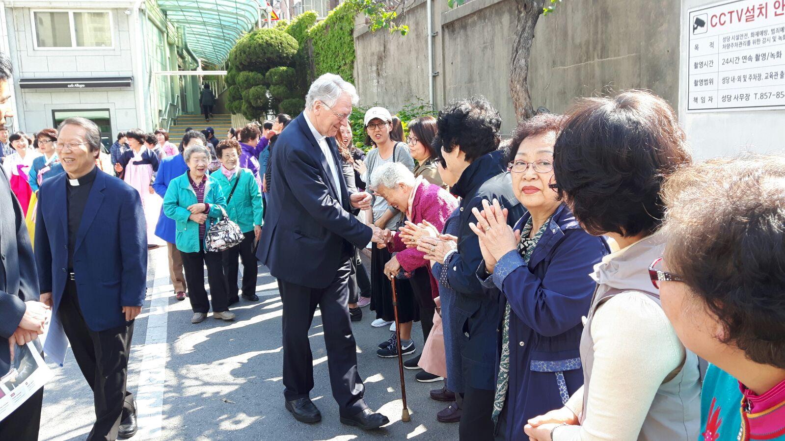 Bisschop Van Looy in campagneland Zuid-Korea © Emmanuël Van Lierde