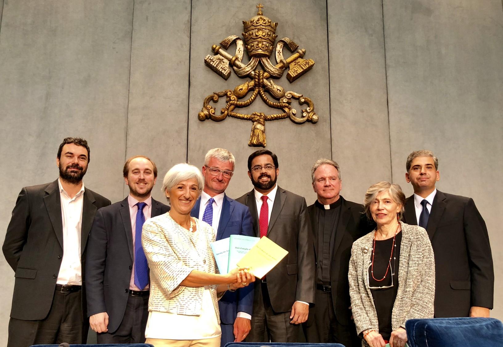 De auteurs van het Vaticaanse document over de sport, met als vierde van links prof. Dries Vanysacker van de KU Leuven