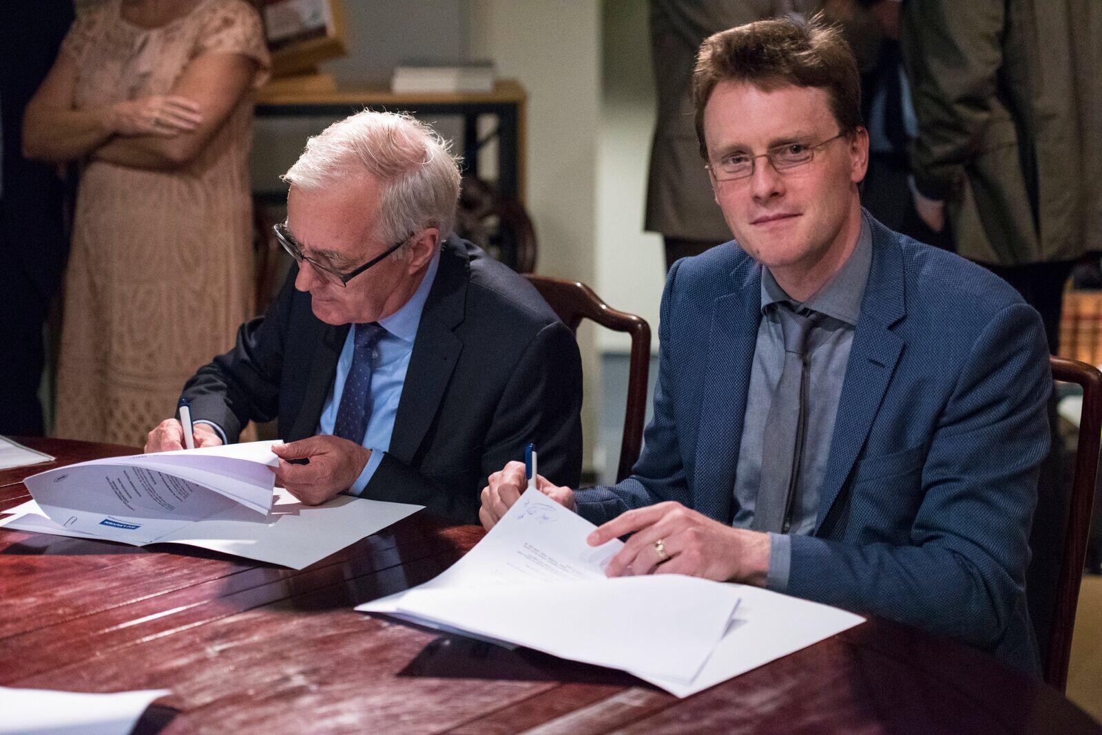 Wim Vandewiele (rechts) Ondertekening overeenkomst leerstoel priester Léon de Foere © www.wimvandewiele.be