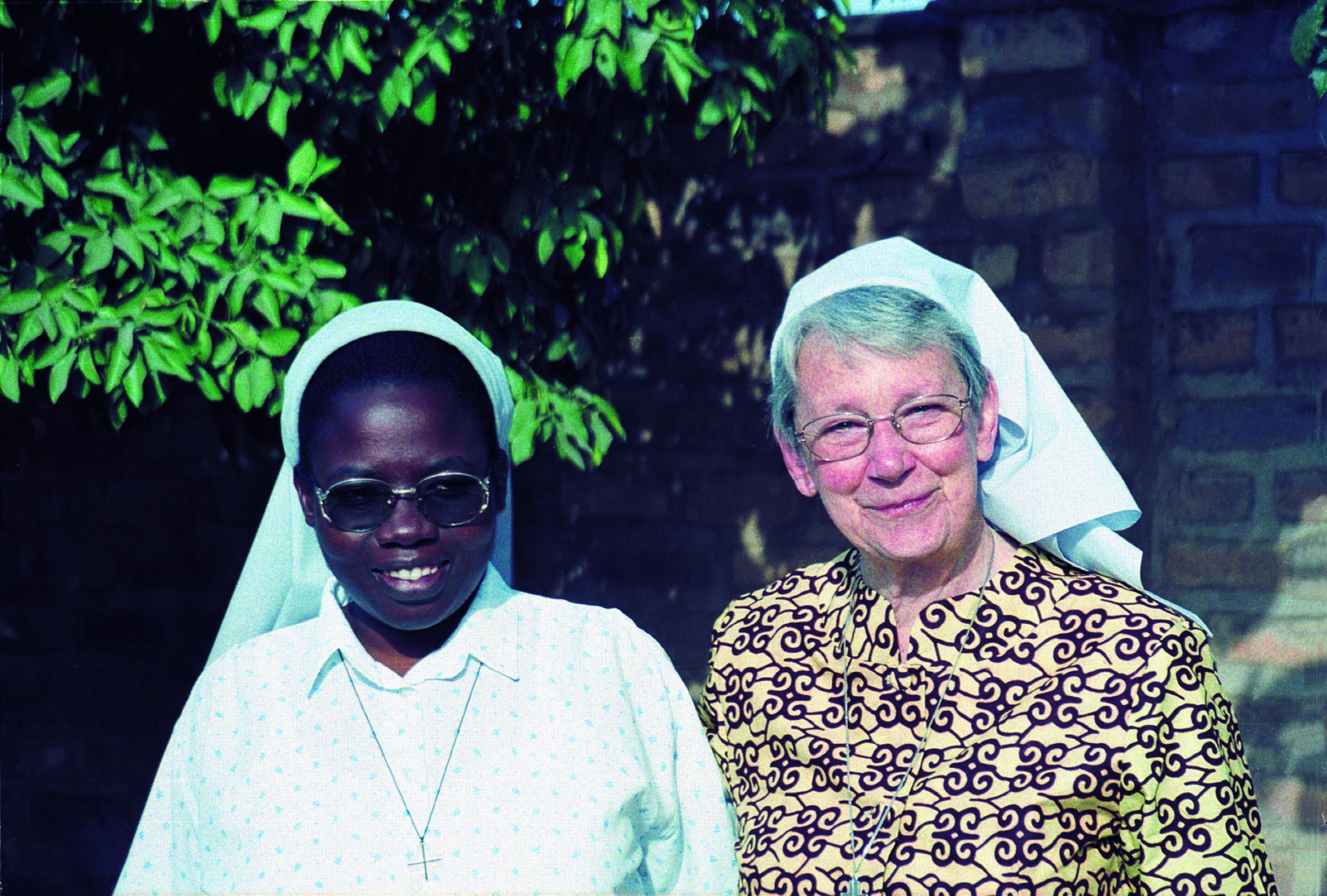 De Vlaamse zuster Frieda, lange tijd missionaris in Rwanda en de Rwandese zr. Emilienne bij de start van de nieuwe communauteit in Moundou, Tsjaad (jan 2004) © Archief zusters bernardinnen