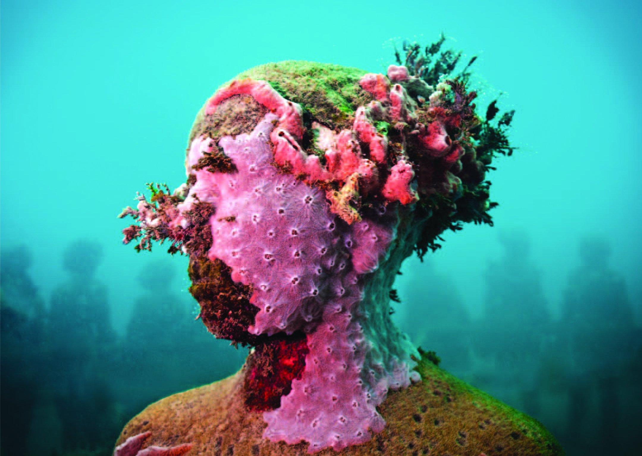 Taylors beelden zijn van cement en bevorderen de ontwikkeling van koralen. © Jason deCaires Taylor