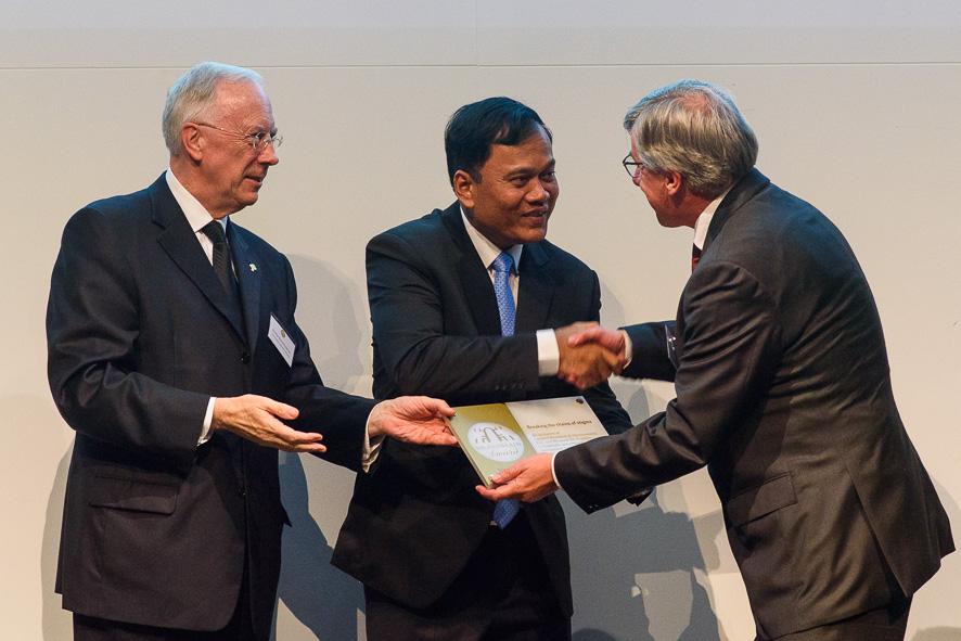Dr. Chhim ontvangt de Dr. Guislain award 2017. © Generalaat Broeders van Liefde