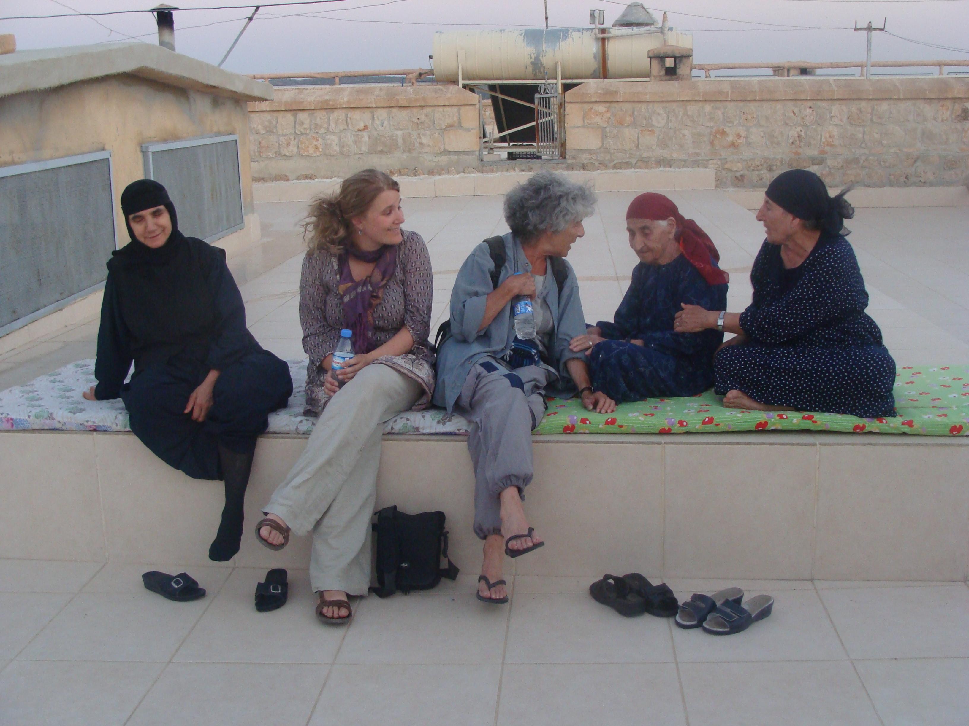 Met enkele vrouwen uit de regio op het dak van het klooster Mor Gabriel. Ik ben de tweede van links. © Babs Mertens