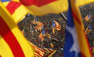 Catalaanse vlaggen tijdens een massaal straatprotest in Barcelona