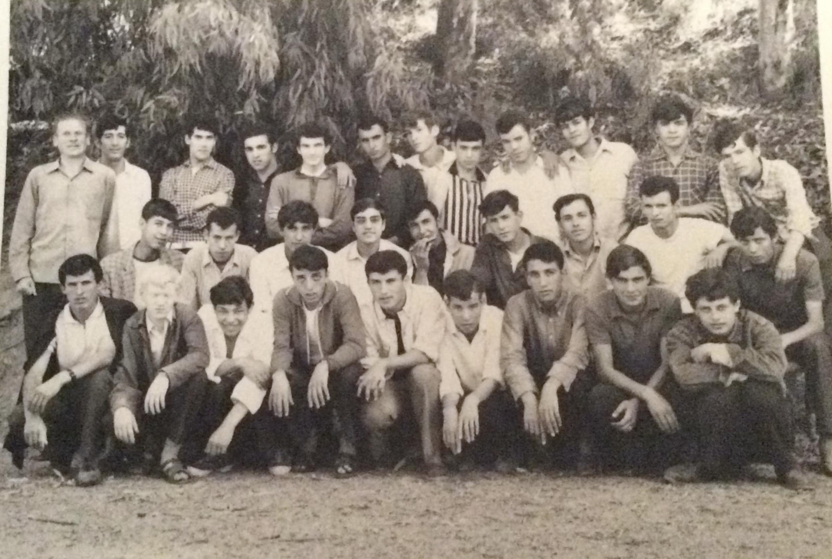 Charles Deckers met de jongens van zijn beroepsschool in Tizi-Ouzou. © Familiearchief Charles Deckers