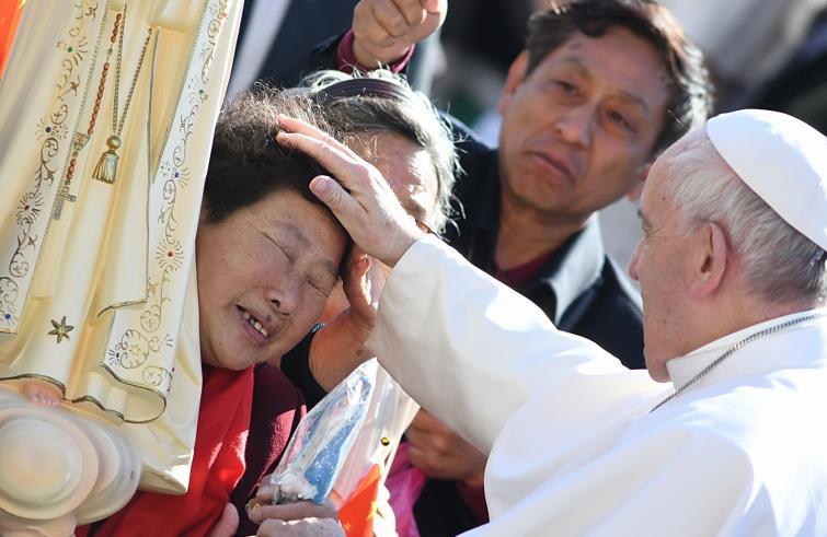 Paus Franciscus ontmoet Chinese katholieken op het Sint-Pietersplein © Vatican Media/SIR