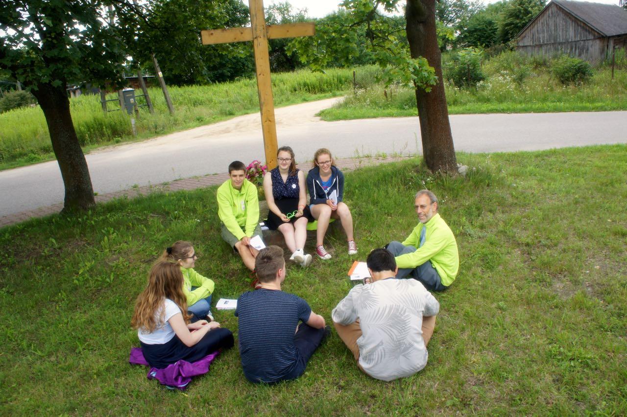 Priester Guido in gesprek met jongeren na de catechese © IJD