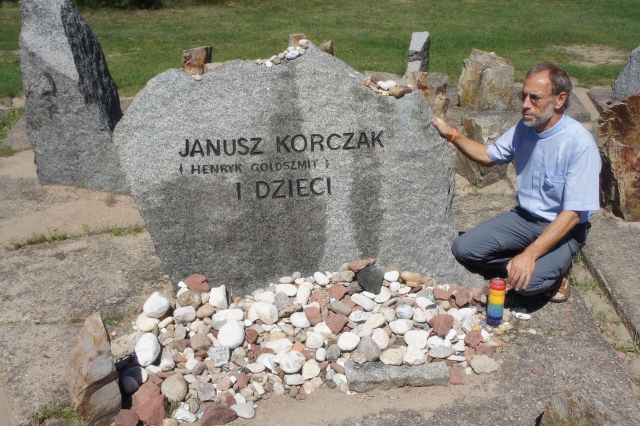 Priester Guido bij het graf van Janusz Korczak in Treblinka © IJD