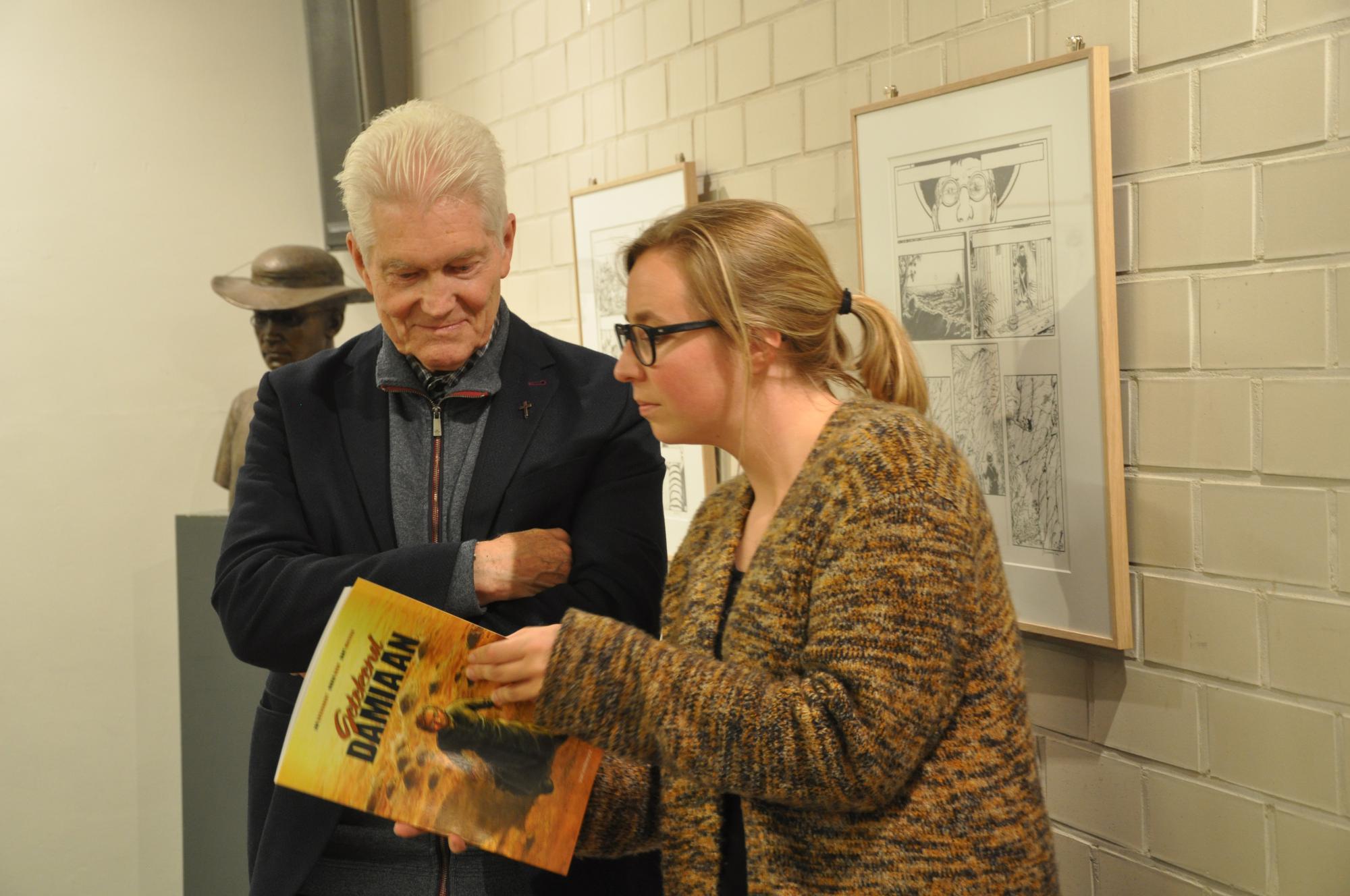 Vlaamse provinciaal Gilbert De Decker met Lise Van Dessel, pers en promotie van Van Halewyck, bij de voorstelling van het stripverhaal © Tom Heylen / Kerk & Leven