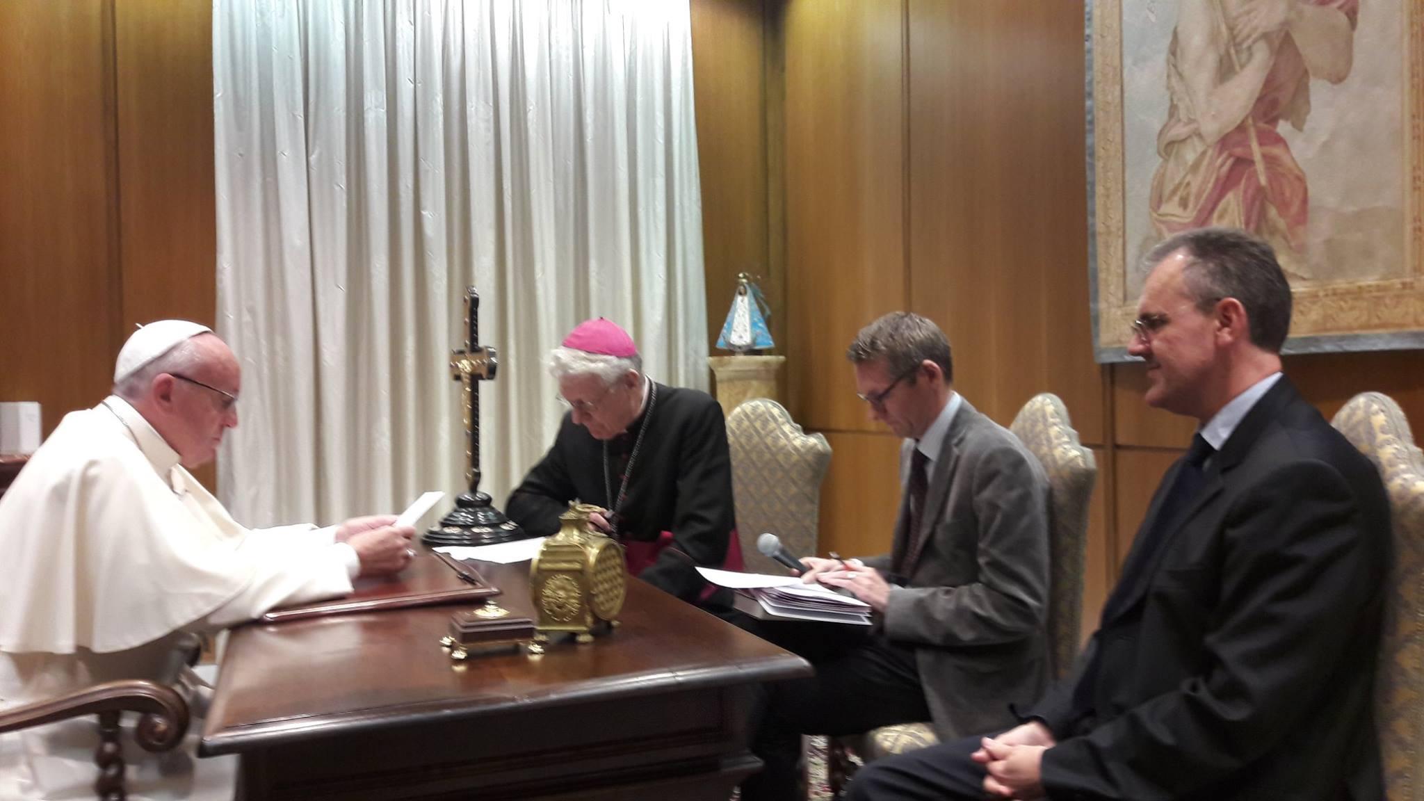 Met de vorige hoofdredacteur en bisschop Luc Van Looy op interview bij paus Franciscus © Tertio