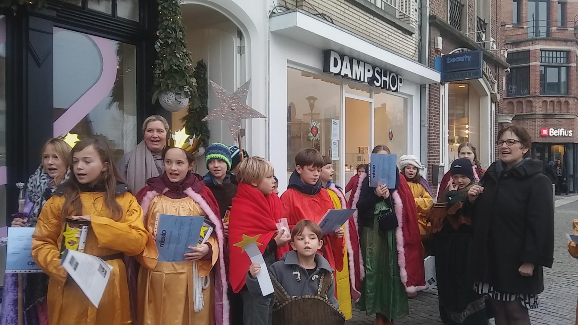 """Op zaterdagnamiddag 6 januari – Driekoningendag trok een groep kinderen van Sint-Laurentius die zich voorbereiden op het vormsel gekleed als de 3 Wijzen en al zingend van """"Er kwamen drie koningen met ene ster..."""" de Markt op.  © Chris Geerts"""