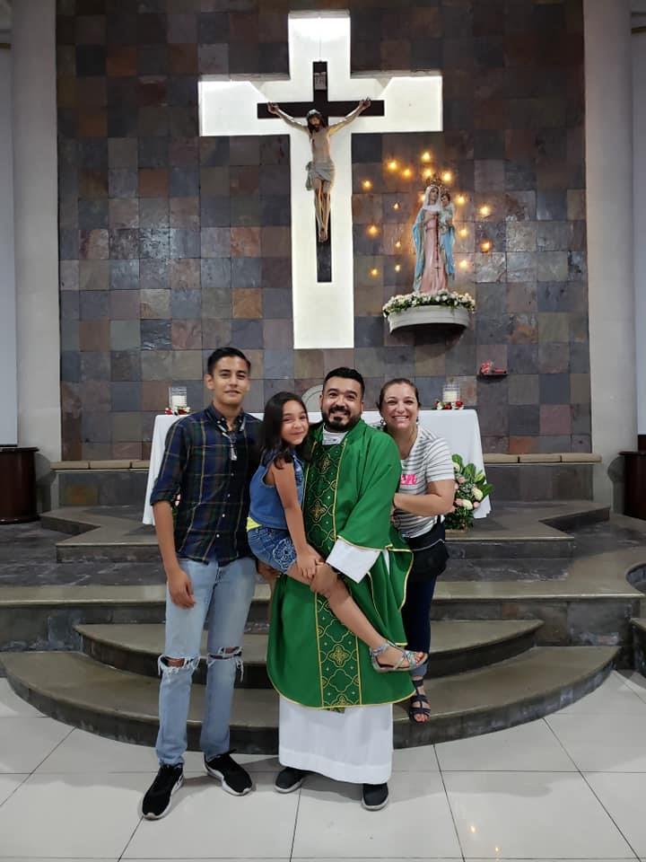 In de parochie van de Rozenkrans in Monterrey samen met zus Kattia, nichtje en neef © Reynaldo Diaz.