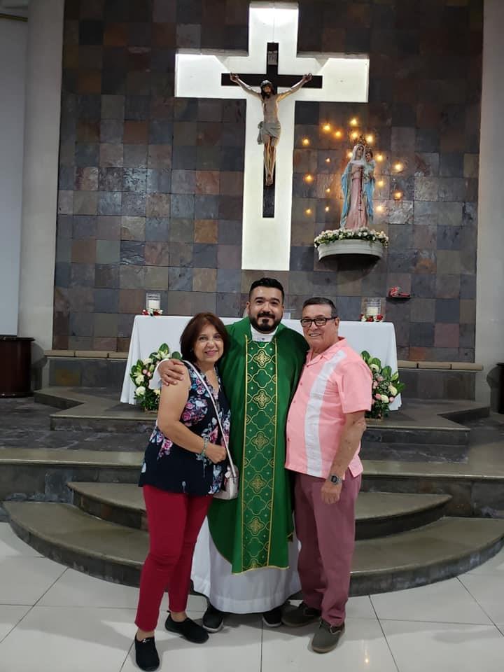 Samen met mijn ouders in mijn thuisparochie  © Reynaldo Diaz.