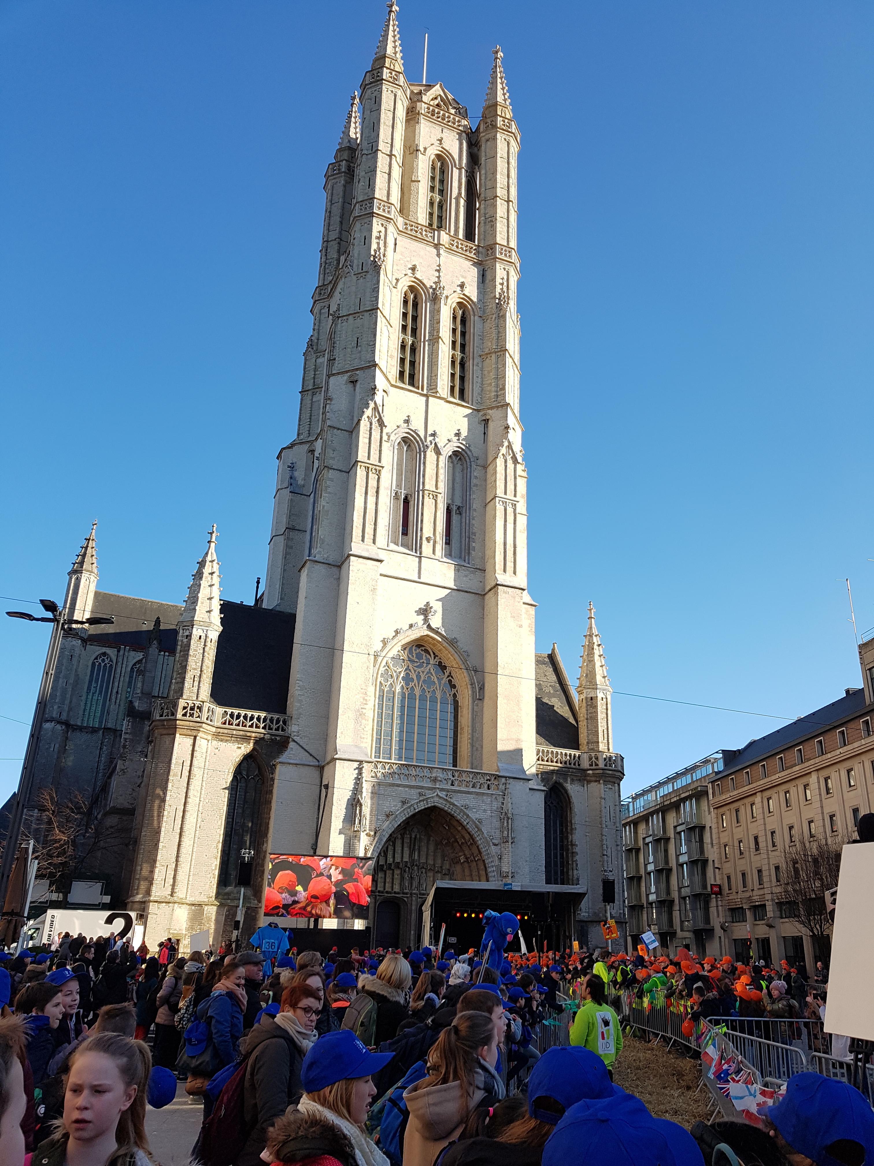Het slotmoment had plaats op het Sint-Baafsplein, onder de toren van de kathedraal.