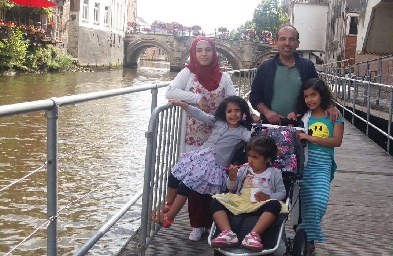 Fayez Sekvan, zijn vrouw Mahabat en de vier kinderen in Mechelen. © RR