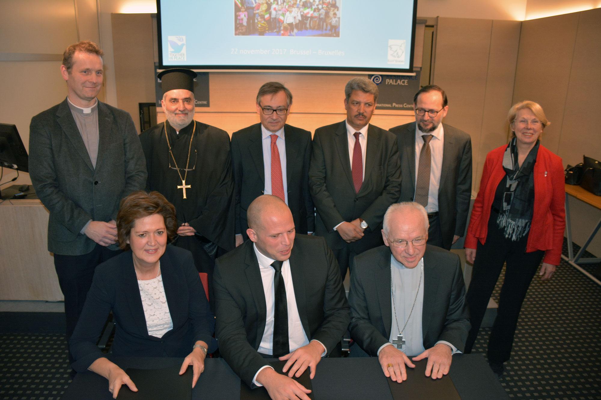 Groepsfoto van staatssecretaris Theo Francken met de vertegenwoordigers van de erkende erediensten in ons land. © Sant'Egidio