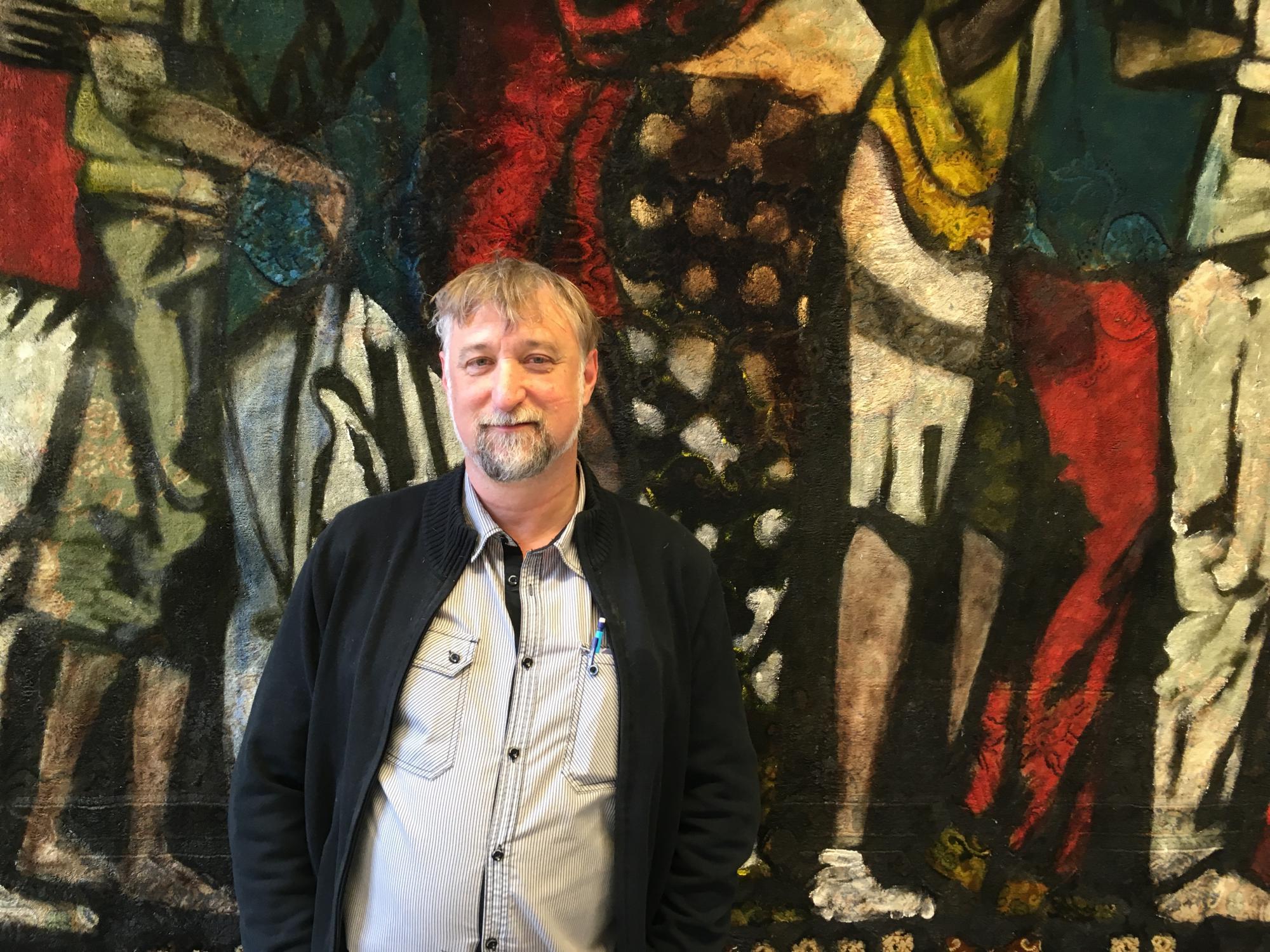 In 'Dit is mijn lichaam' ordent Hans Claus – schilder, dichter en directeur van de gevangenis van Oudenaarde – de kruisweg aan de hand van confronterende schilderijen © Geert De Cubber