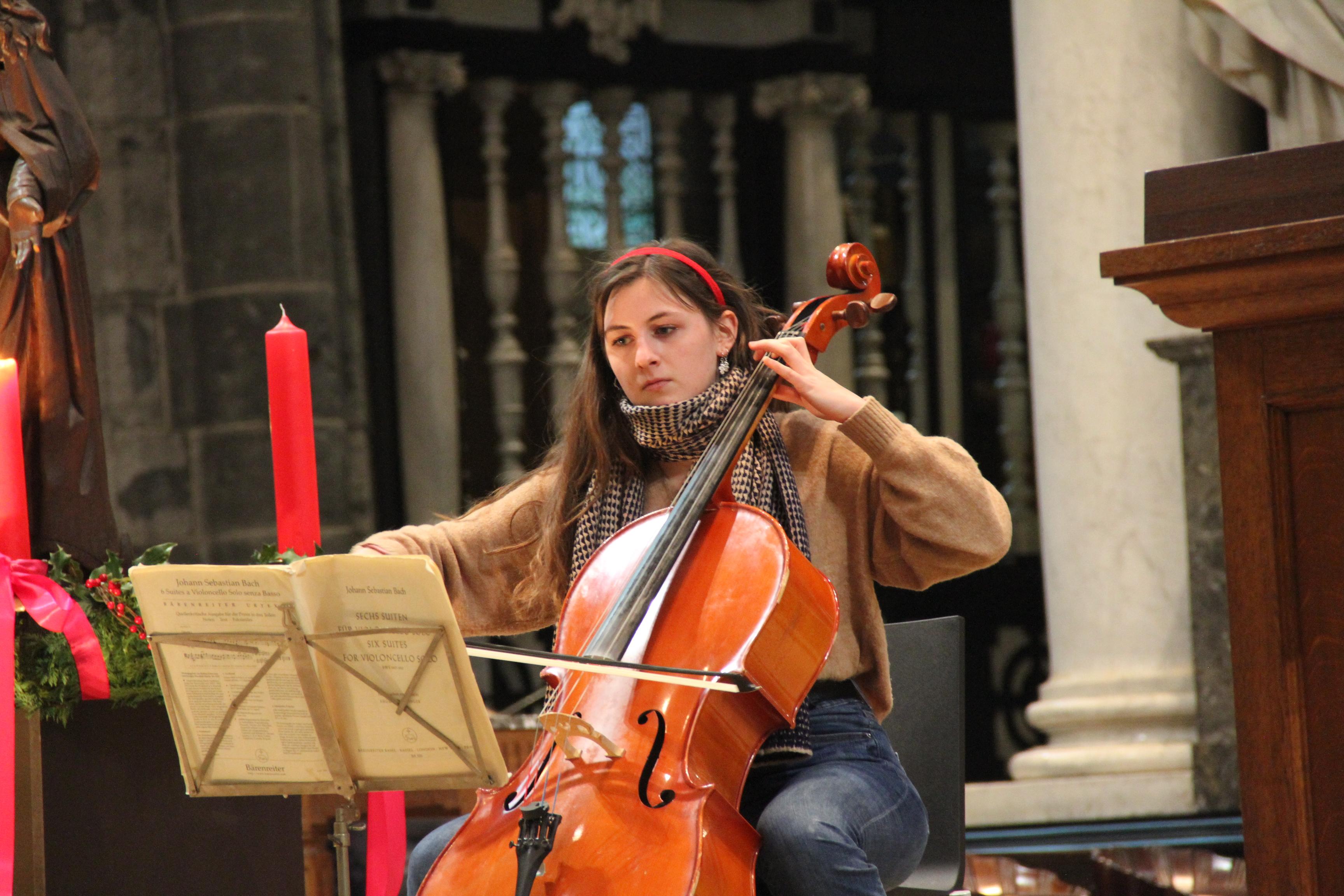Amina Haagdorens speelt Allemande van Bach © Bisdom Gent, foto: Ellen Eeckhout