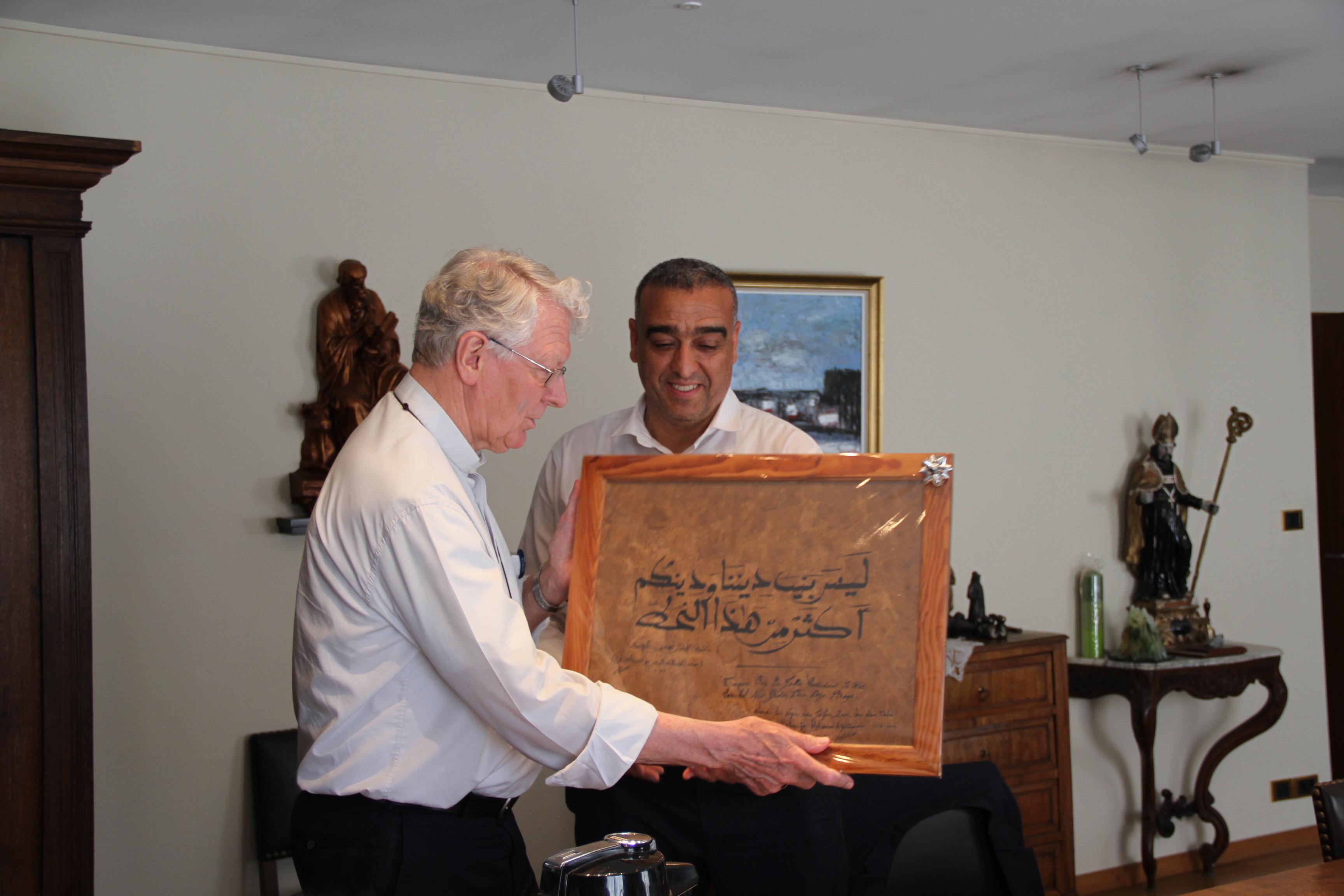 Mohamed Achaibi overhandigt het geschenk aan de bisschop © Bisdom Gent, foto: Ellen Eeckhout
