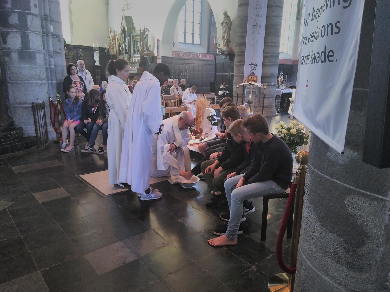 Voetwassing op witte donderdag. © kerk in Sint-Gillis-Waas en Stekene
