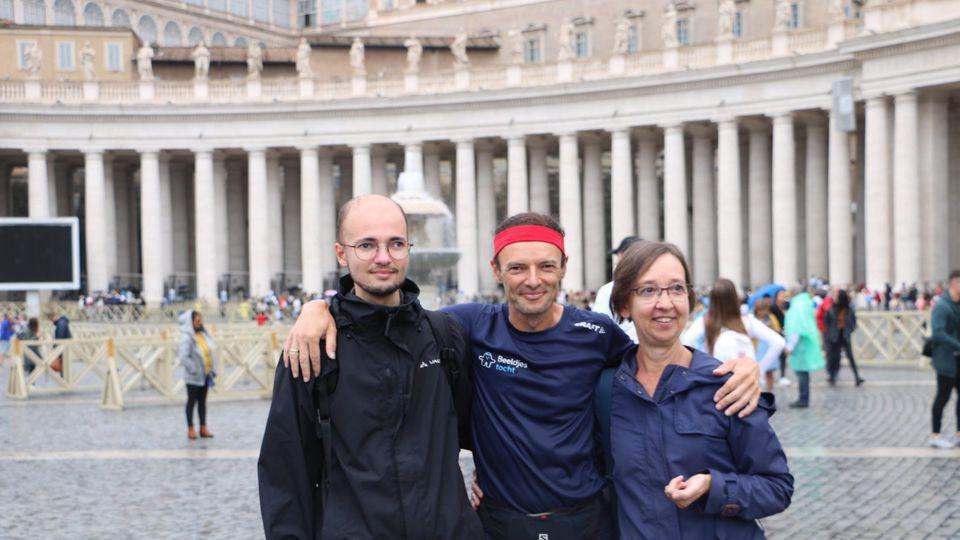 De Vlaamse kankeronderzoeker Johan Swinnen is zondagavond aangekomen op het Sint-Pietersplein in Rome na een looptocht van zo'n 2.000 kilometer © kro-ncrv/katholieknieuws