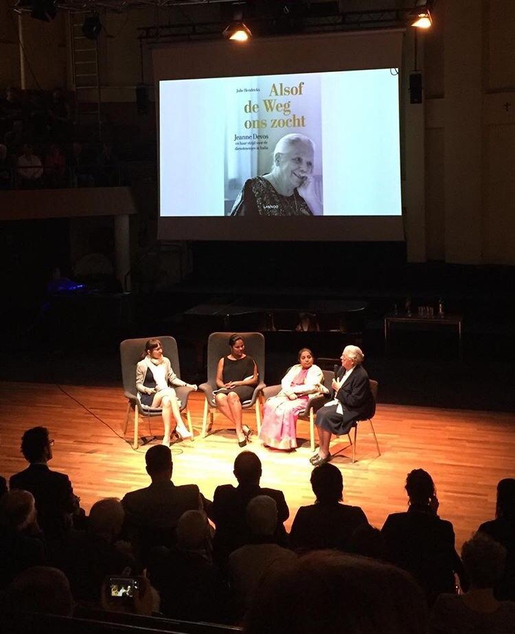Julie Hendrickx en Jeanne Devos bij de boekvoorstelling van 'Alsof de Weg ons zocht'.
