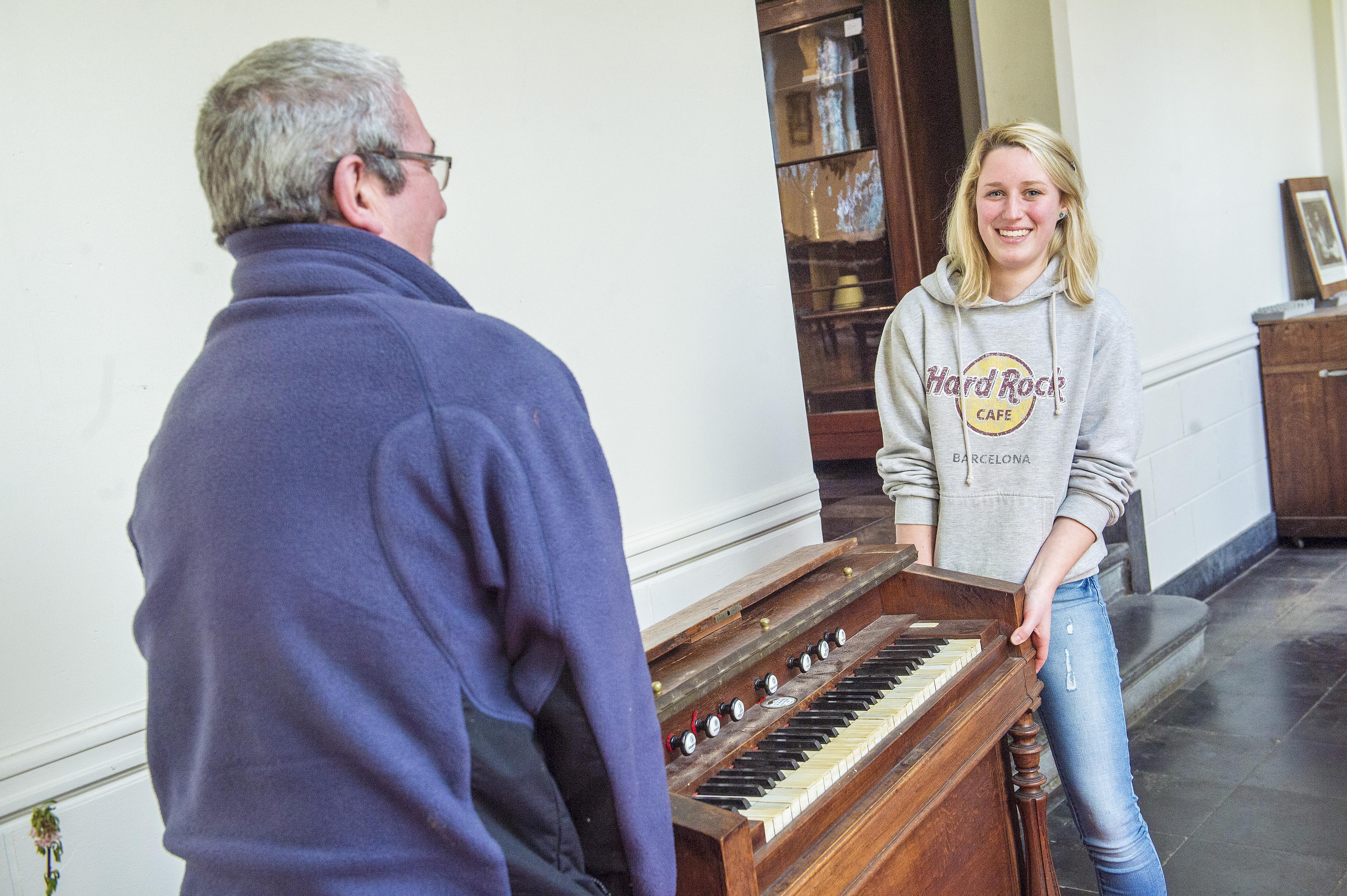 Elise koopt een harmonium om een stukje Bornem mee te nemen als ze verhuist. © Frank Bahnmüller