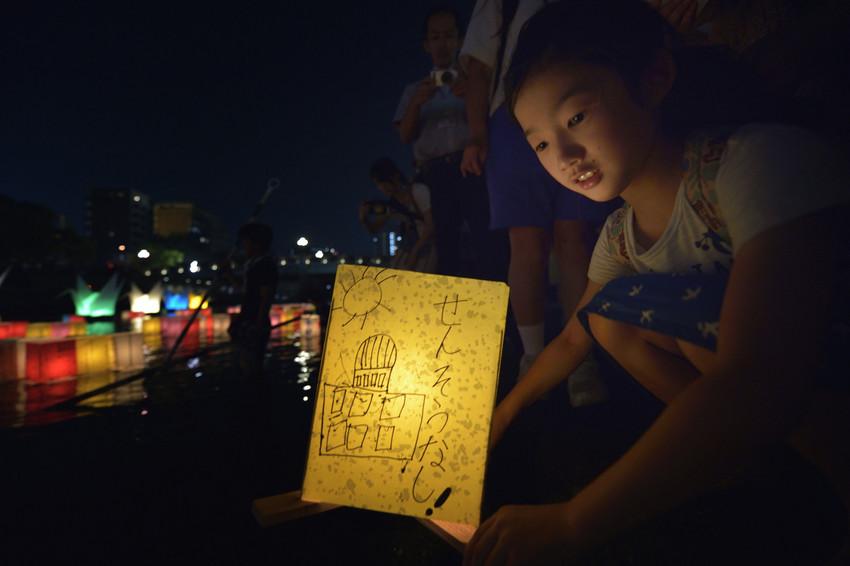 Een meisje plaatst een 'Lantaarn voor Vrede' op de Otan, de rivier die in Hiroshima uitmondt in de Japanse Binnenzee © Paul Jeffrey/WCC