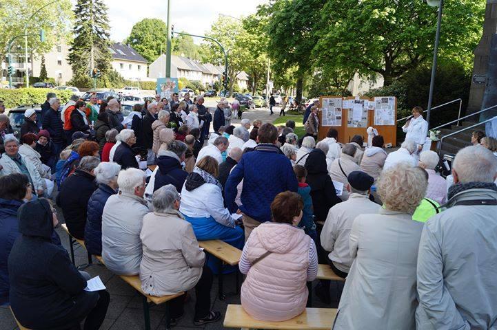Duitse geëngageerde katholieke vrouwen kwamen voor de kerkdeuren samen © Maria 2.0
