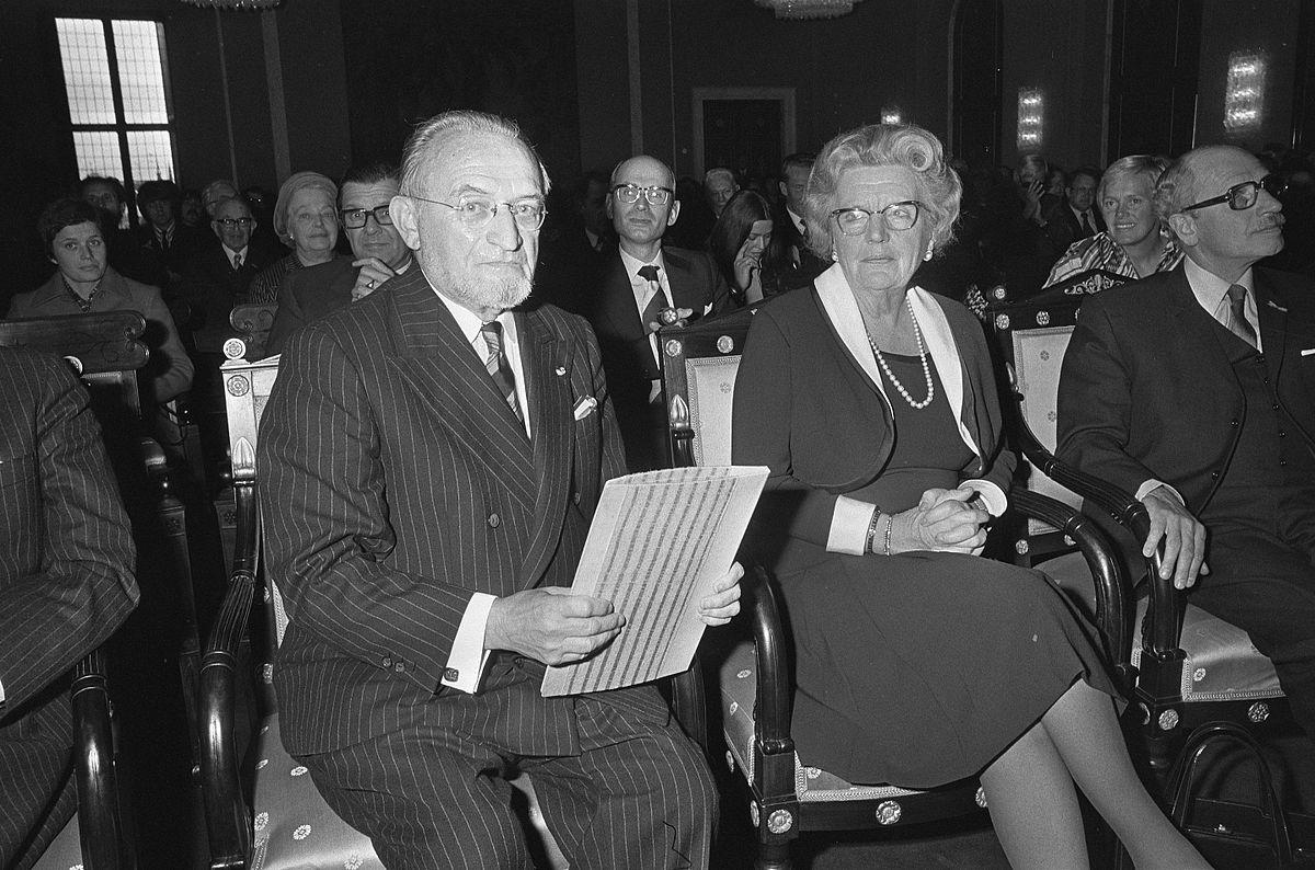 Marnix Gijsen naast koningin Juliana in 1974 bij de uitreiking van de Prijs der Nederlandse Letteren © RR/Tertio