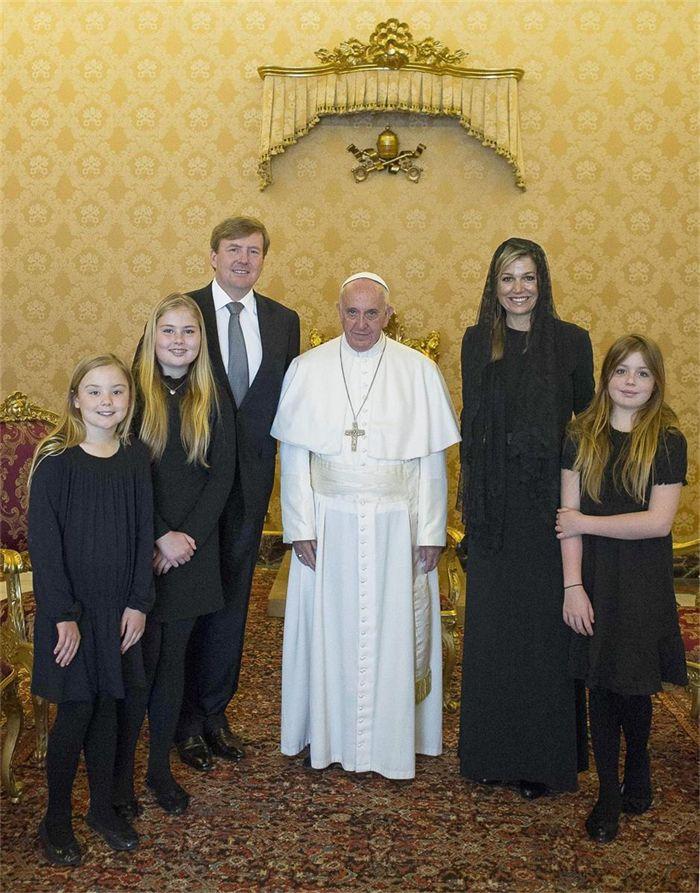 Koning Willem-Alexander met zijn kinderen op privé-audiëntie bij Franciscus © OSR