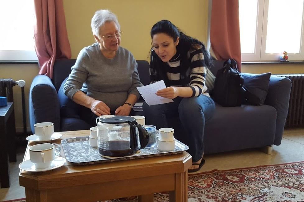 Khloud en Luce aan het werk. Nederlands is een moeilijke taal. Blijven oefenen dus! © Ria V.A.
