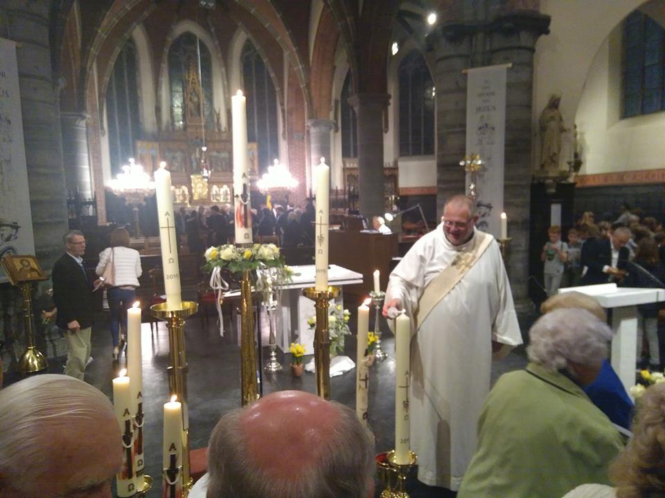 8 paaskaarsen voor de 8 kerken van onze parochie.