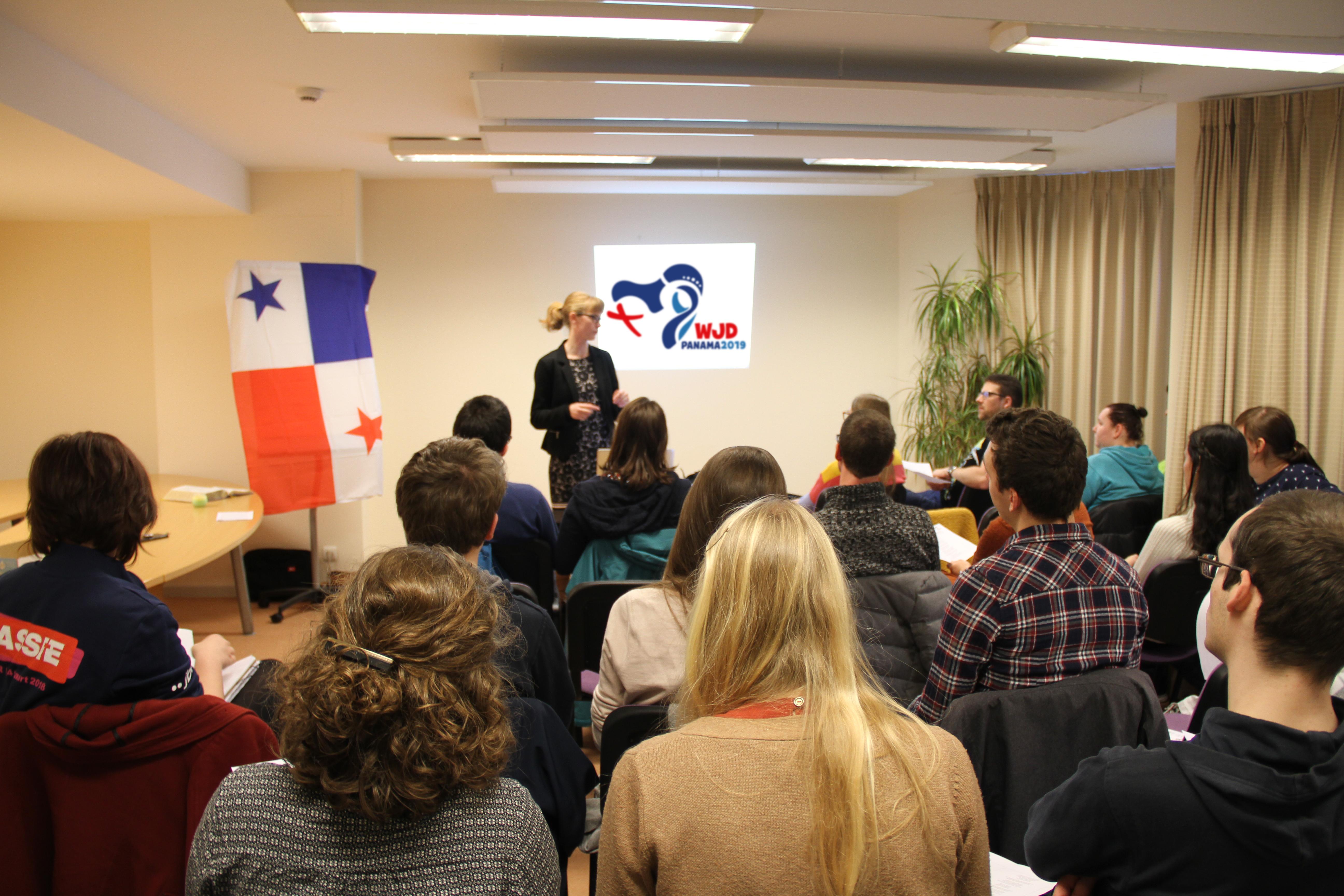 Annelien Boone, directeur van IJD, geeft uitleg over de Wereldjongerendagen naar Panama.