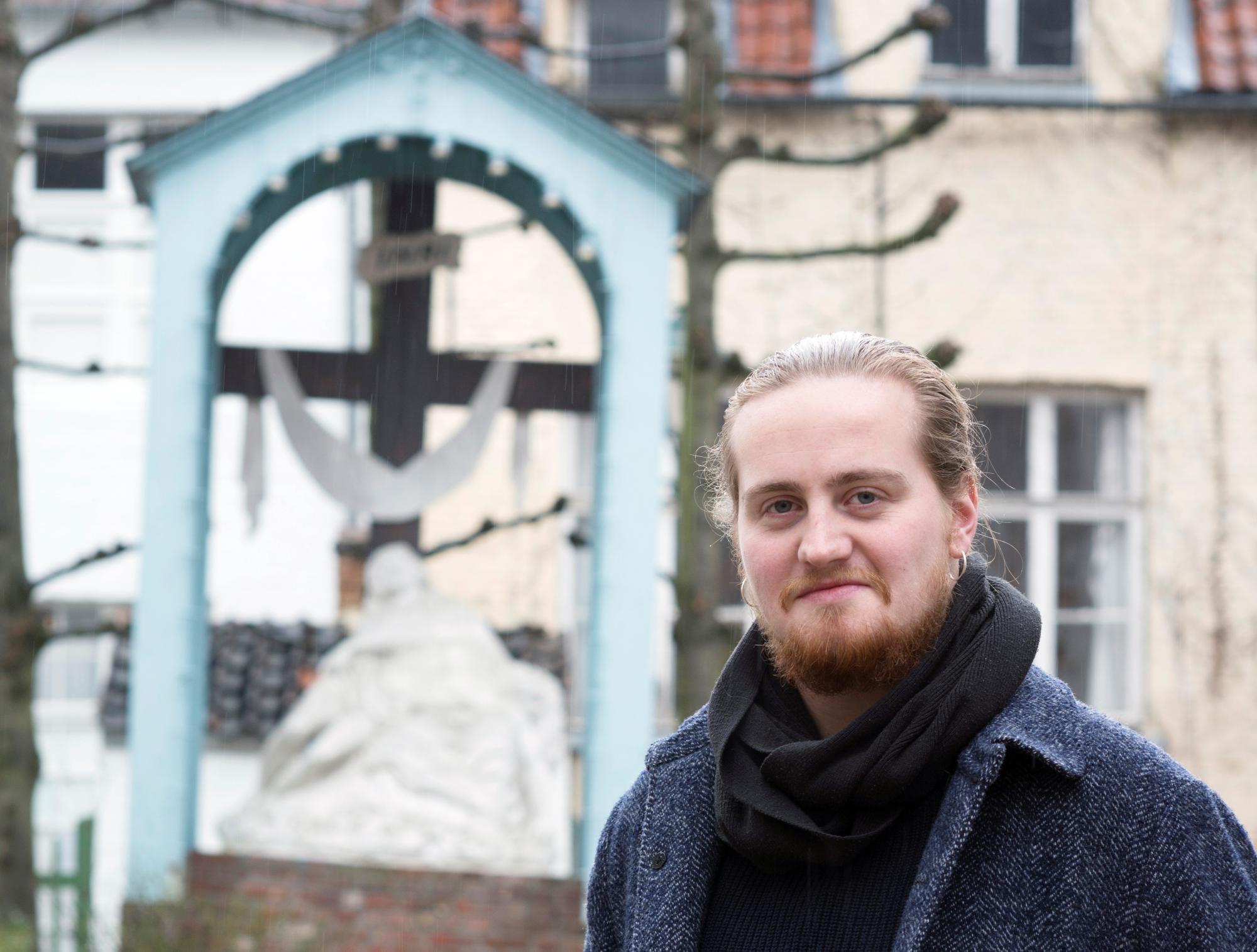 Pieter Jan De Paepe bij hét symbool van het lijdensverhaal in Lier: de calvarieberg in het pittoreske begijnhof © Ilse Prinsen