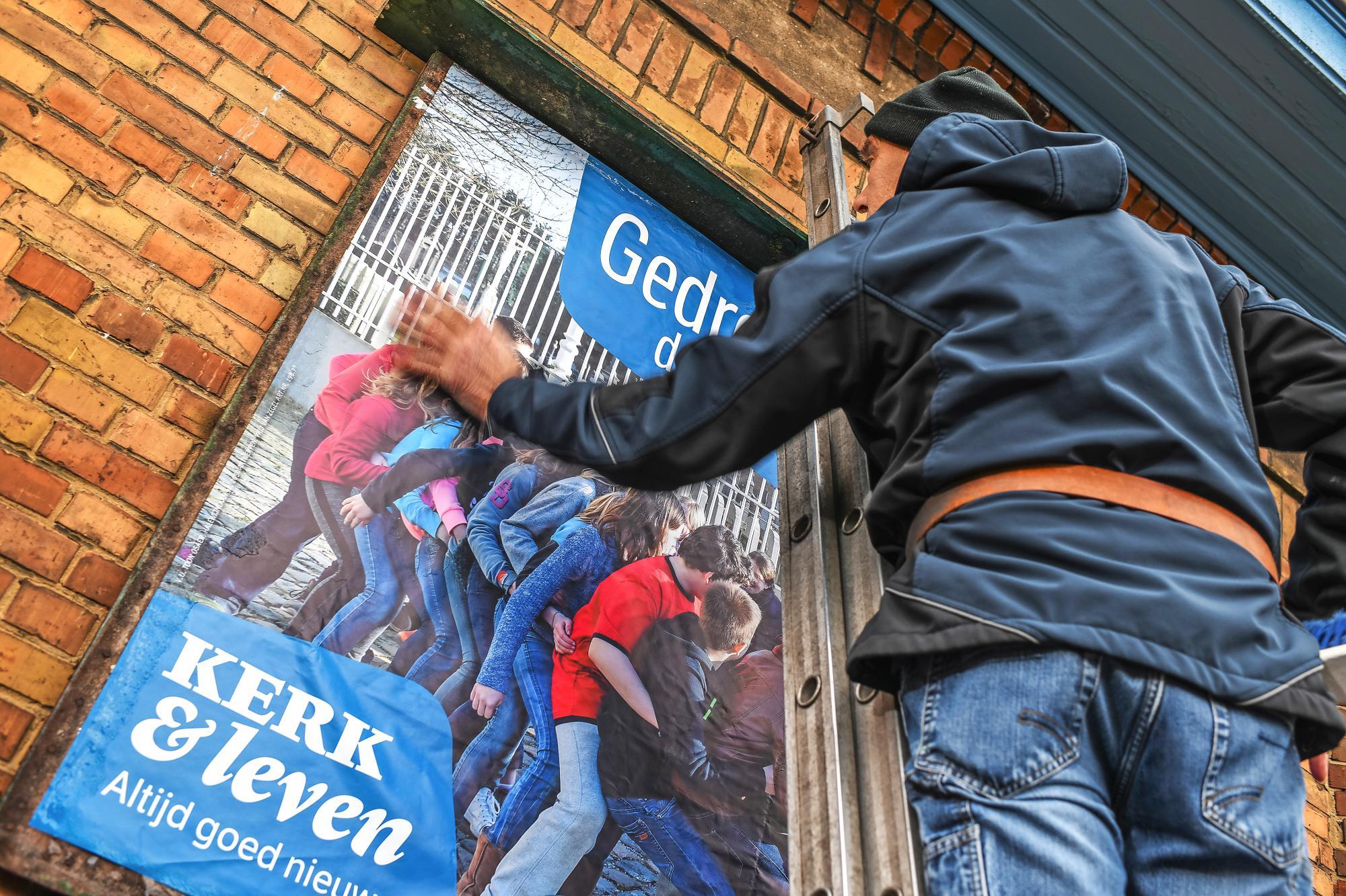 Een aai over de bol van de afficheplakker. © Rudi Van Beek