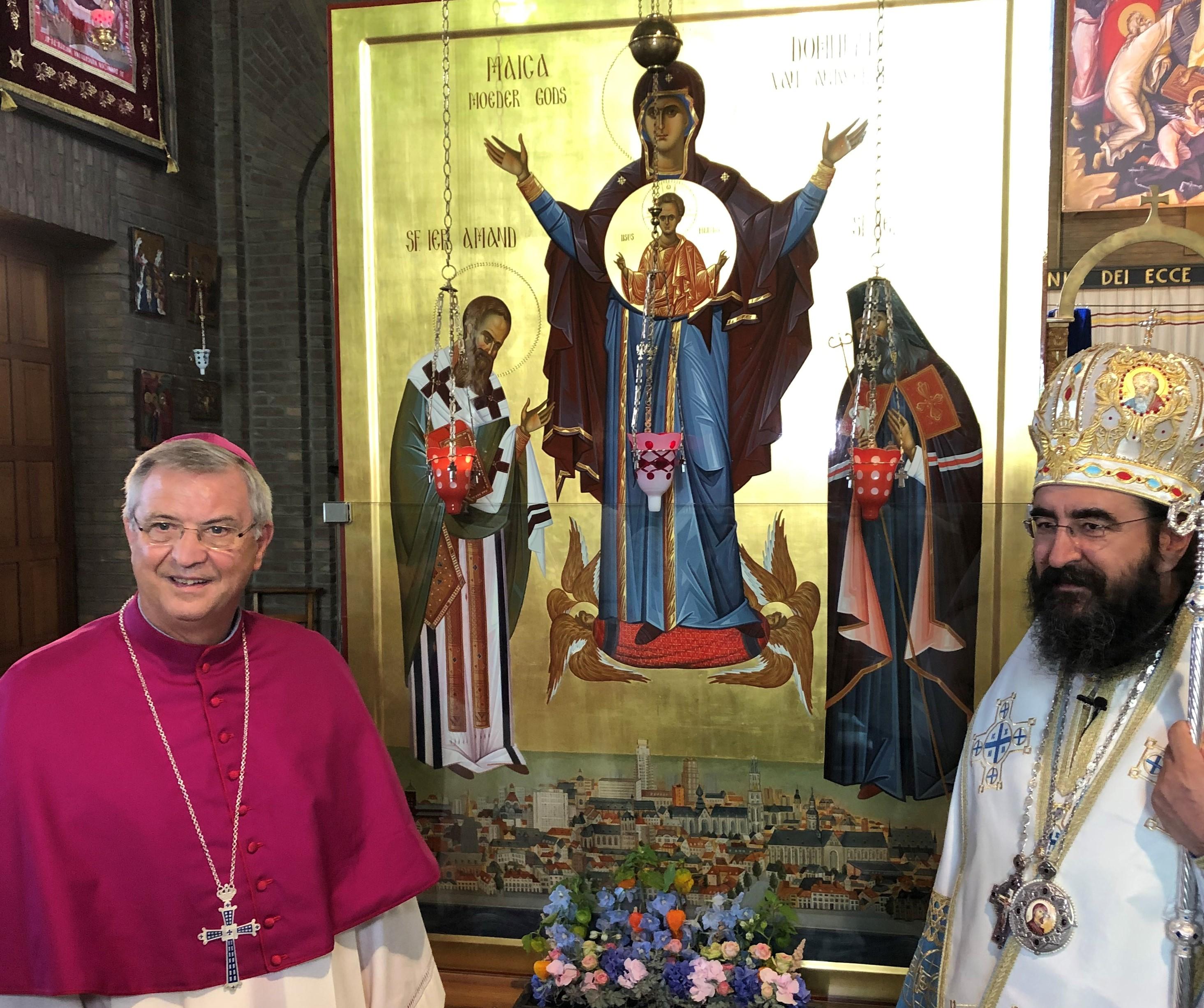 Mgr. Johan Bonny en de Roemeens-orthodoxe metropoliet Joseph Pop bij de icoon van de Heilige Moeder Gods die over Antwerpen waakt © Bisdom Antwerpen