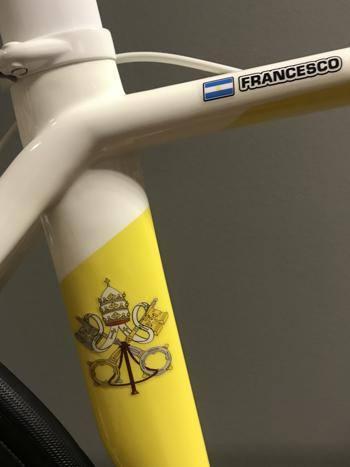 De gepersonaliseerde fiets voor paus Franciscus © Specialized Italy