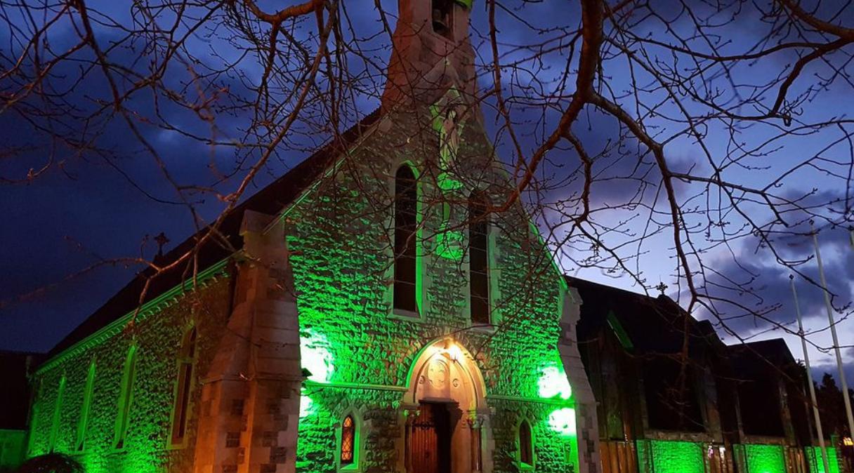 De middernachtmis komt dit jaar uit deze kerk in Ierland. © VRT