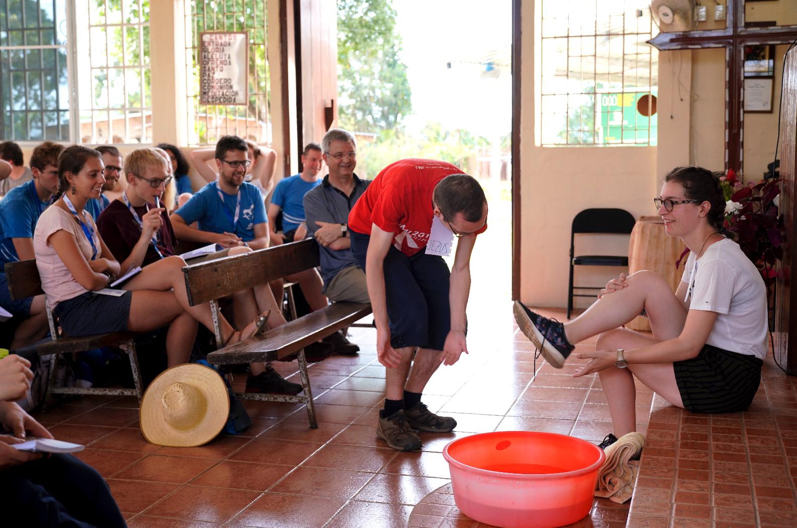 Bisschop Bonny kijkt geamuseerd toe bij de voetwassing. © Koen Van den Bossche