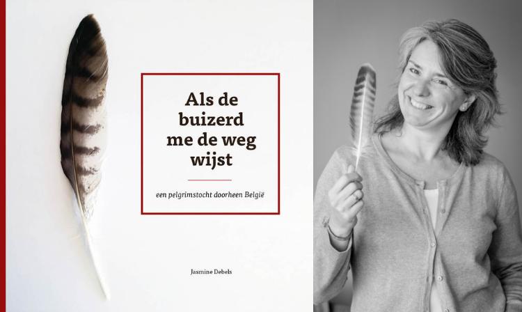 Jasmine Debels en de cover van haar boek. © Jasmine Debels en Ioannis Tsouloulis