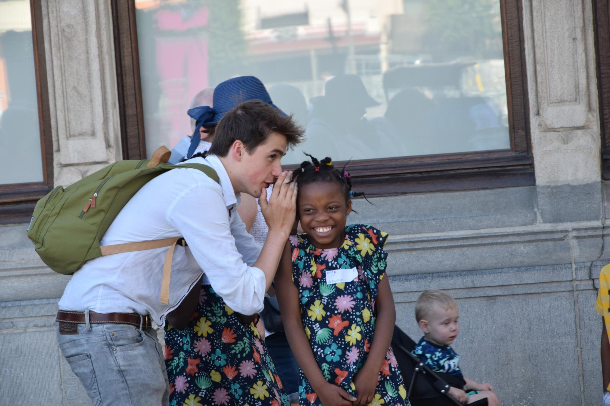 Jongeren op stap met kinderen van de Vredesklas (Sint-Michielsbeweging). © Lode Vandeputte