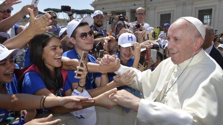 Paus begroet pelgrims op het Sint-Pietersplein © Vatican Media