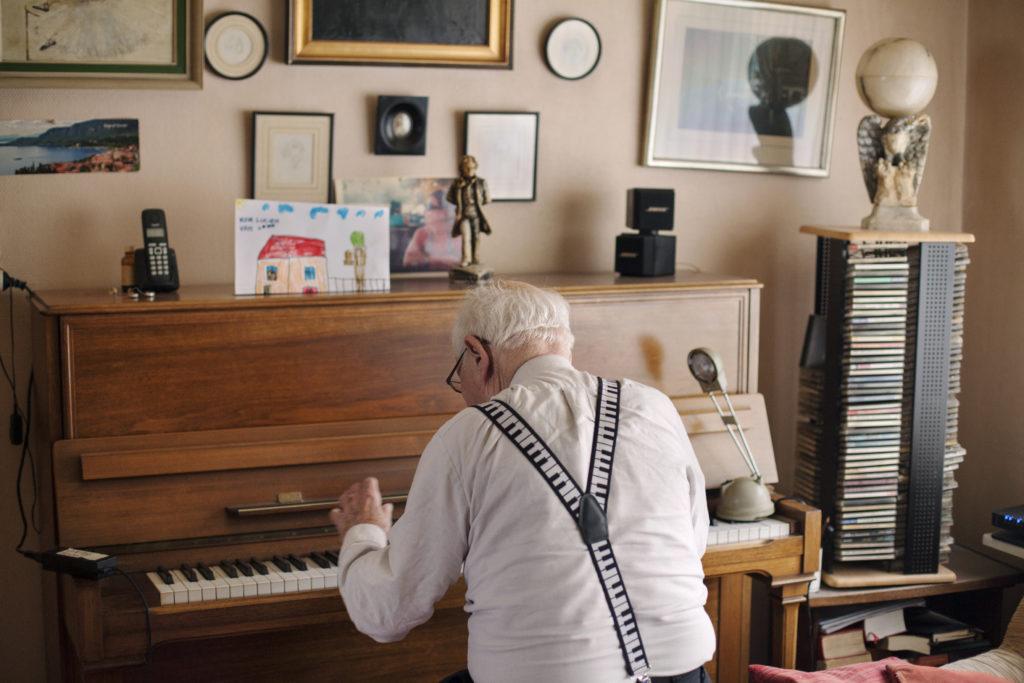 Griet moedigt Lucien aan de openbare piano in de stadshal op te zoeken. © Still / Veerle Frissen