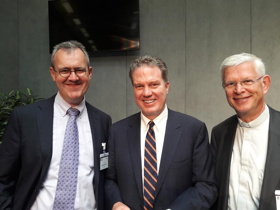 Geert De Kerpel (l.) met de pauselijke woordvoerder Greg Burke. Rechts De Kerpels Franstalige collega Tommy Scholtes © GDK
