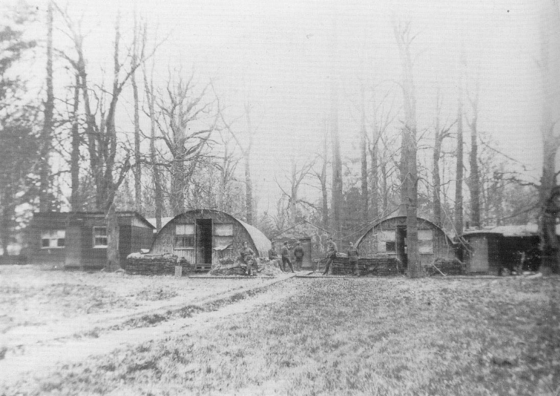 In het bos rond het kloostergebouw worden tunnelvormige barakken opgetrokken voor de soldaten. © Sint-Sixtusabdij Westvleteren