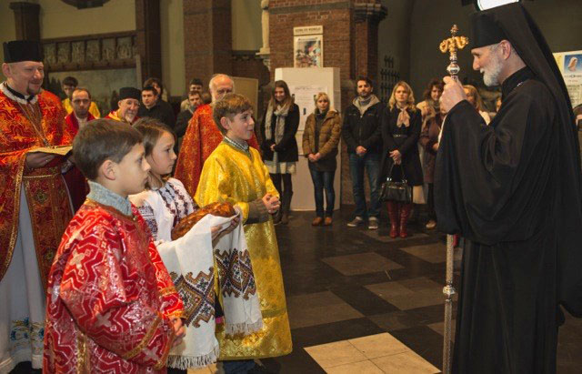 Belarussische priester met kinderen