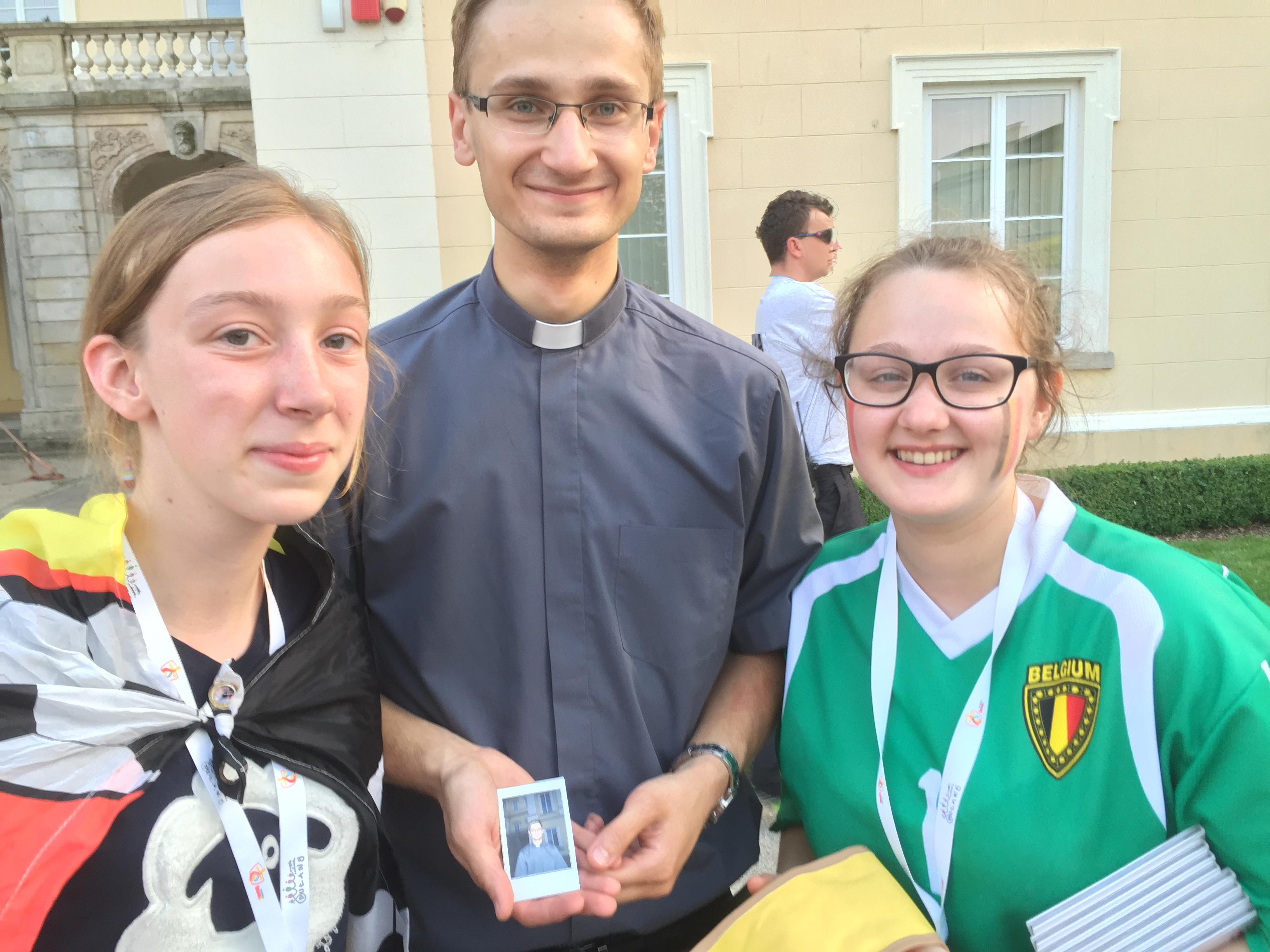 Engelien en Liselotte met priester en gitarist Pawel © IJD