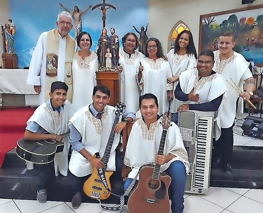 Filip Cromheecke met de muzikanten van zijn parochie Sint-Christoffel © Parochie Sint-Christoffel